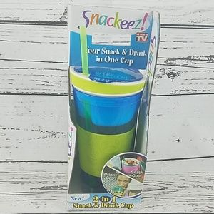 Snackeeze your back and drink in one cup